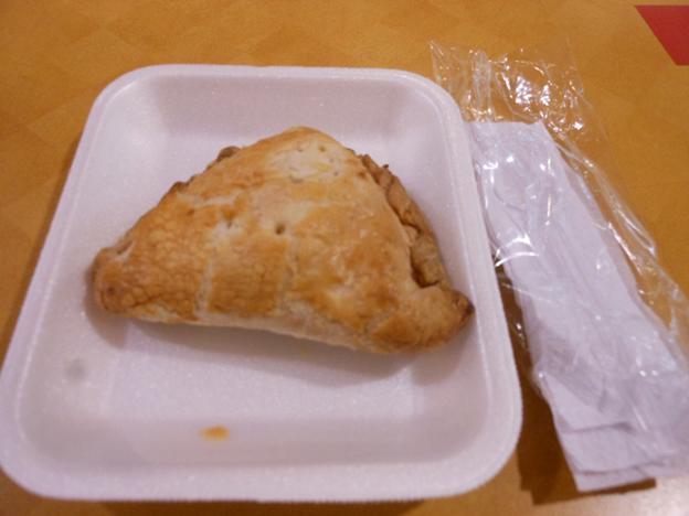 점심으로 사먹은 페루 음식 '엠빠냐다'. 겉은 딱딱한 빵이고 속은 고로케 같은 것이 들어 있다