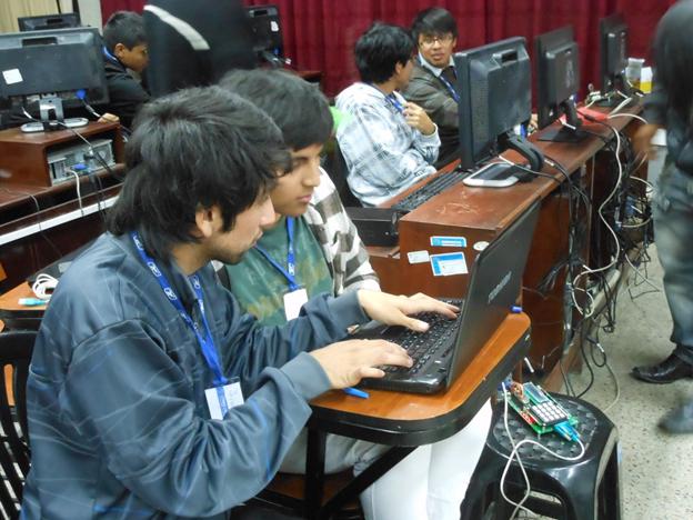 실험실습을 하고 있는 학생들. 플라스틱 걸상위에 있는 것이 마이크로컨트롤러 실험 실습교재